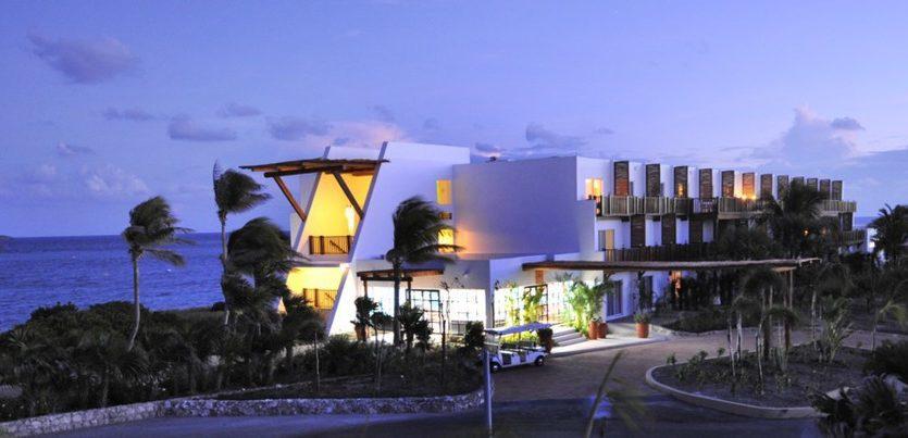Club Med Cancun Yucatan, Mexique -  Le complexe en soirée illuminé.