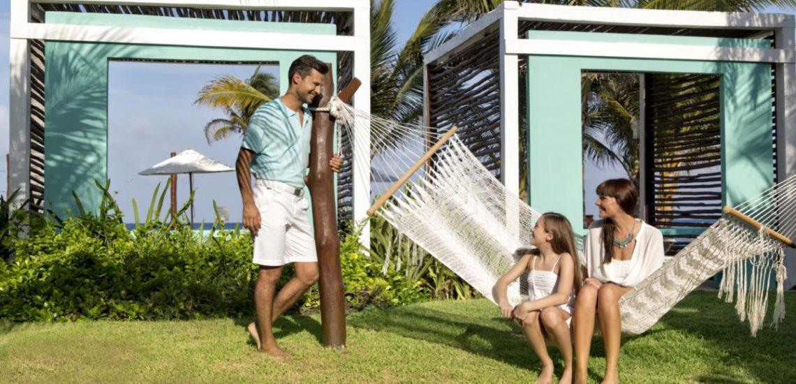 Club Med Cancun Yucatan, Mexique -  Une famille prend un moment pour se reposer dans un hamac