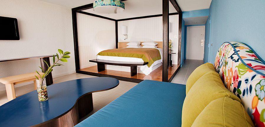 Photo intérieure d'une chambre Deluxe lit double et fauteuils