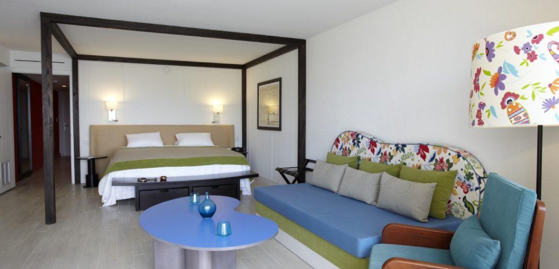 Photo intérieure d'une chambre Deluxe lits et salon