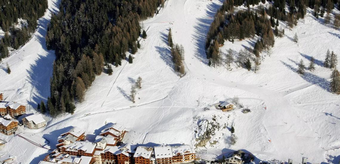 Club Med Peisey - Vallandry, en France - Vue aérienne du complexe et des pistes de skis le surplombant
