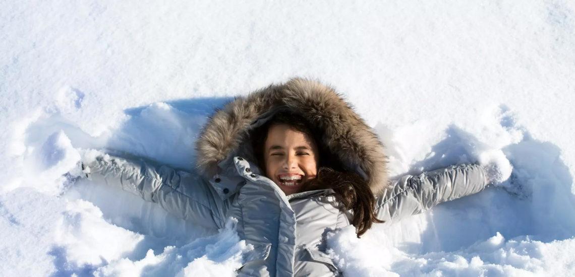 Club Med Peisey - Vallandry, en France - Une jeune enfant, est couchée dans la neige délicate et fait l'étoile