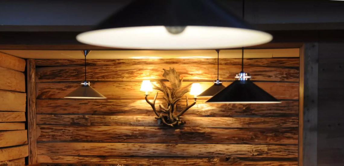 Club Med Peisey - Vallandry, en France  - Photo d'une pièce en bois ronds et de panache d'orignaux