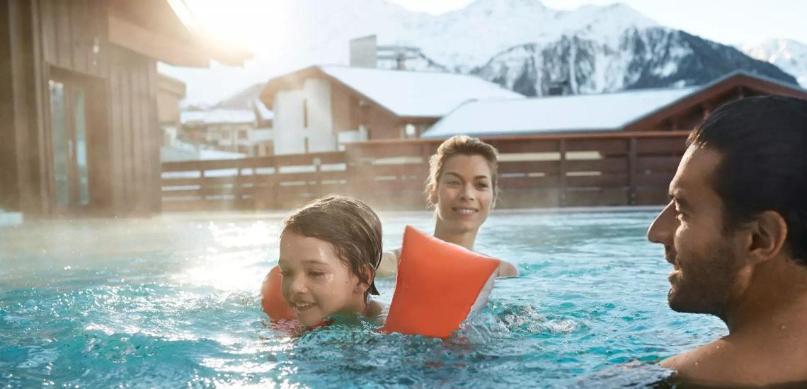 Club Med Peisey - Vallandry, en France - Une famille profite de la piscine extérieure chauffée du Village