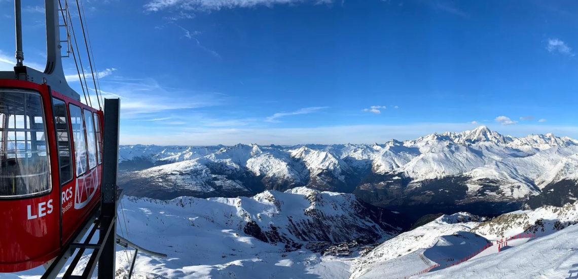 Club Med Peisey - Vallandry, en France - Photo aérienne du remontre pente, en action, faisant le lien entres les monts de ski