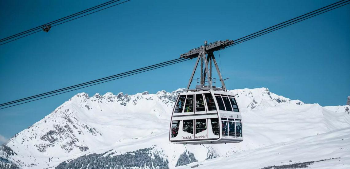 Club Med Peisey - Vallandry, en France - Photo du remonte pente Paradiski, en action, rempli de skieurs