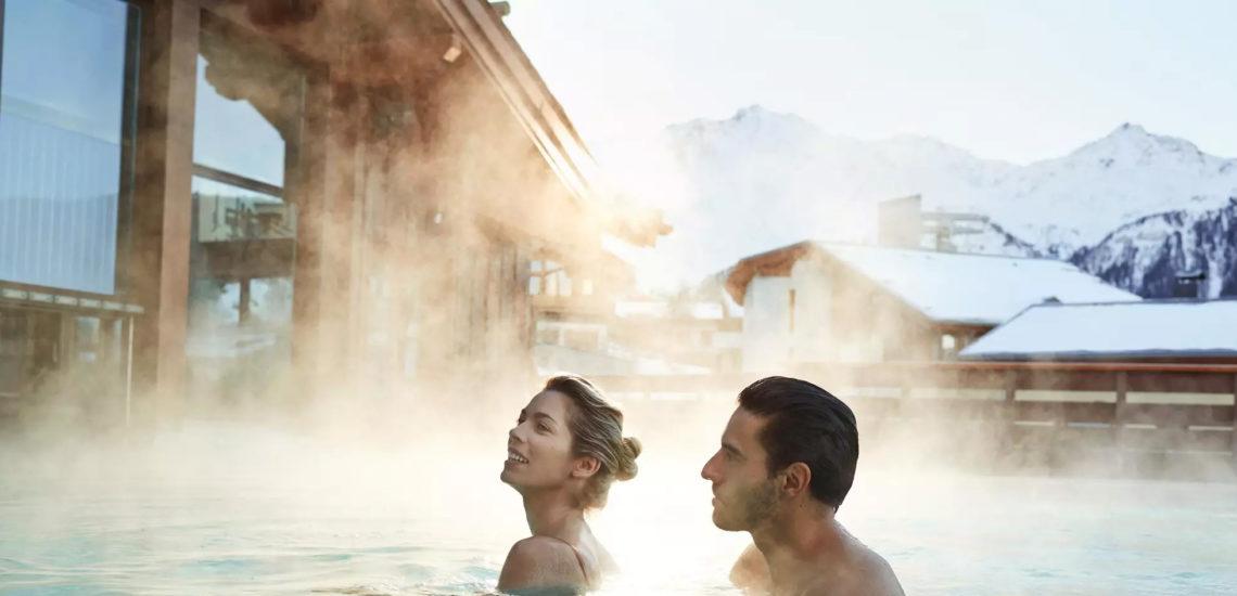 Club Med Peisey - Vallandry, en France - Un couple profite de la piscine extérieure chauffée du Village