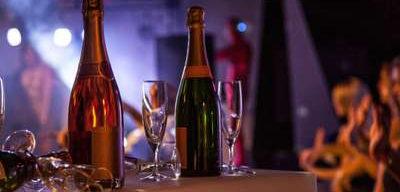 Club Med Peisey - Vallandry, en France - Image d'une bouteille d'alcool, dans un décor lounge, le soir venue