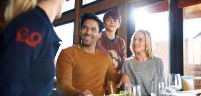 Club Med Peisey - Vallandry, en France - Une famille déguste un plat au restaurant la Pierra Menta