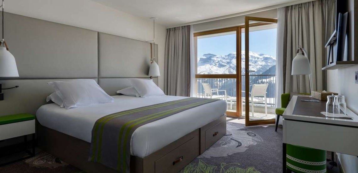 Club Med Samoëns, en France - Image de l'intérieur d'une chambre Deluxe, avec balcon