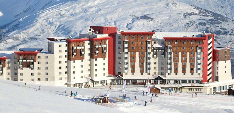 Club Med La Plagne 2100, France - Vue de l'extérieur du Clud Med à flanc de montagne