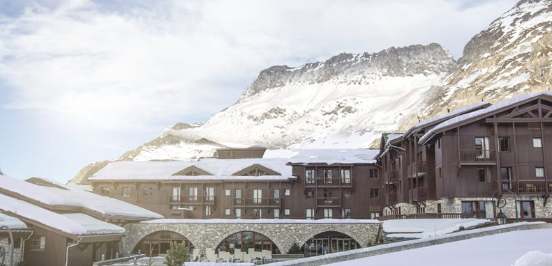 Club Med Val d'Isère, en France - Vue extérieure avec la montagne en arrière-plan, dans le jour.
