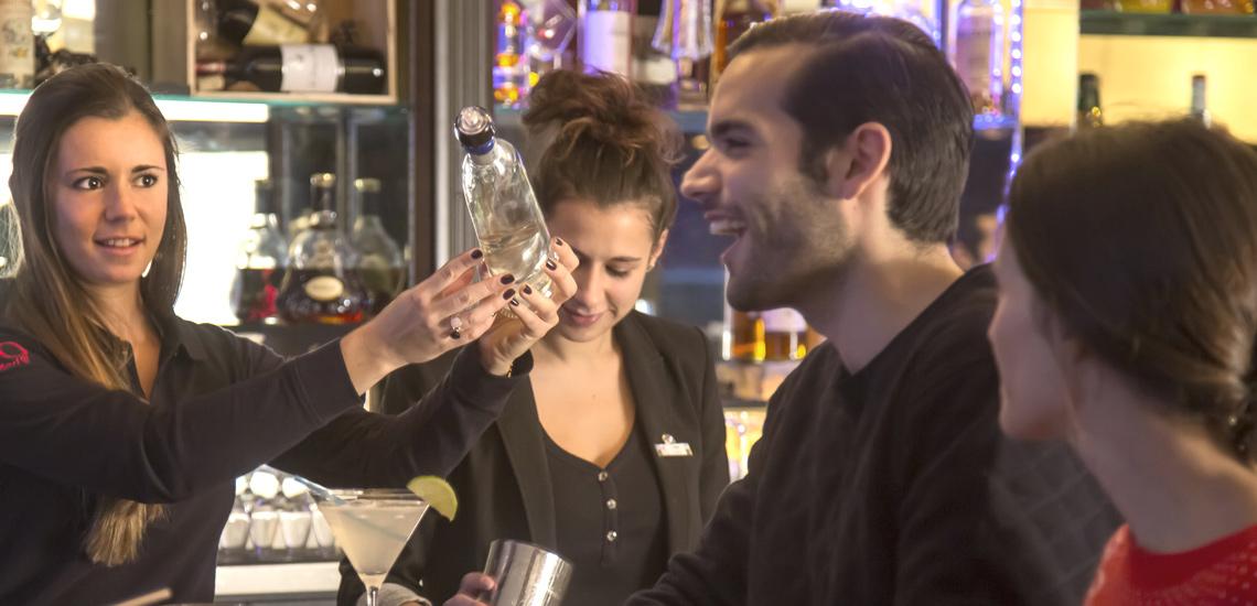 Club Med Val d'Isère. en France - Photo de plusieurs personnes au bar du Club Med