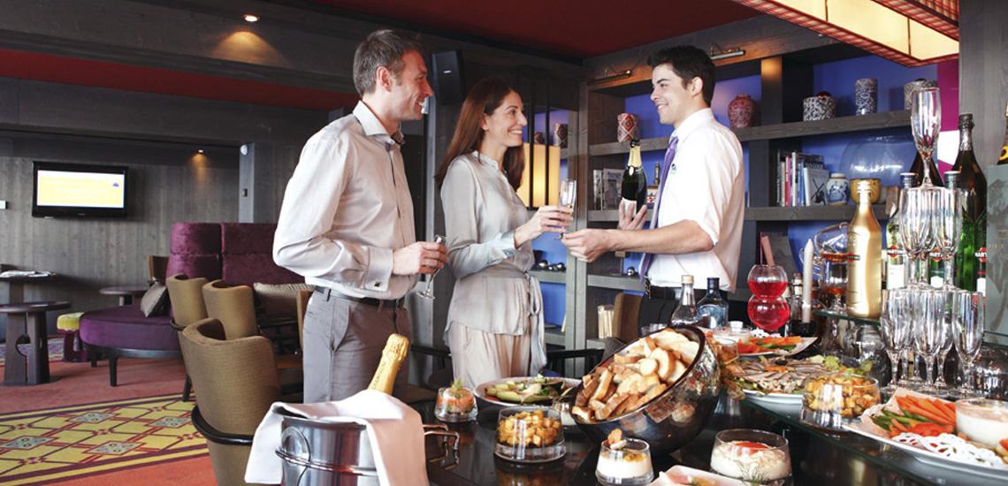 Club Med Val d'Isère, en France - Photo d'un couple au restaurant devant un plateau de fromage