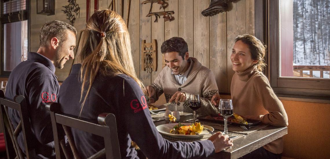 Club Med Val d'Isère, en France - Photo d'une tablée d'ami au restaurant