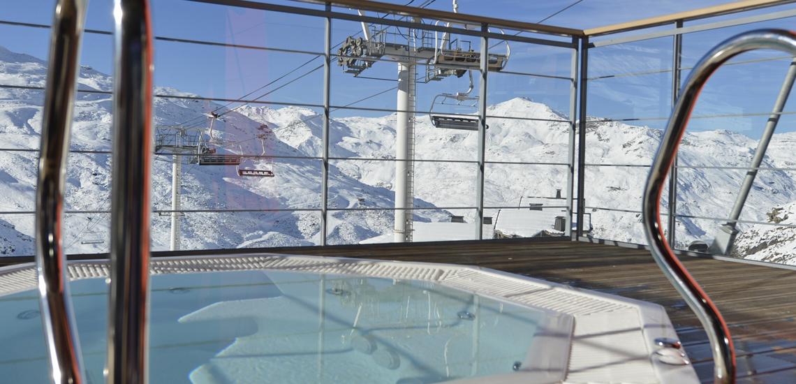 Club Med Val Thorens Sensations, France - Vue intérieure du spa avec vue sur la montagne
