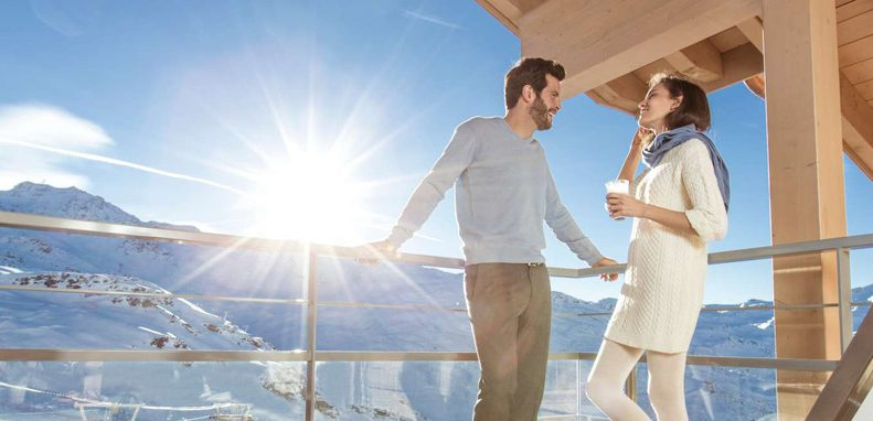 Club Med Val Thorens Sensations, France - Image d'un couple sur le balcon d'une suite