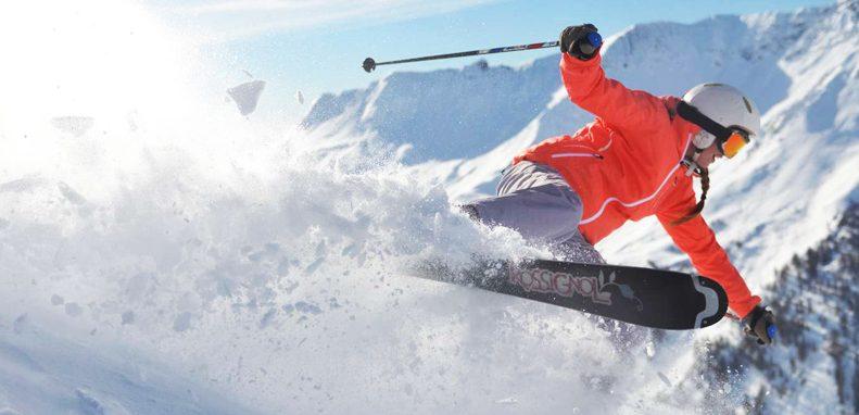 Club Med Val Thorens Sensations, France - Image d'un skieur rapide créant des éclaboussures de neige