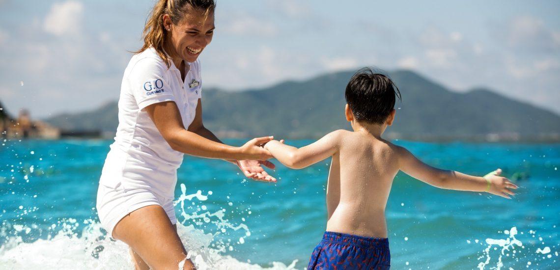 Club Med Miches Playa Esmeralda, en République Dominicaine - Image d'une animatrice et d'un enfant sur la plage