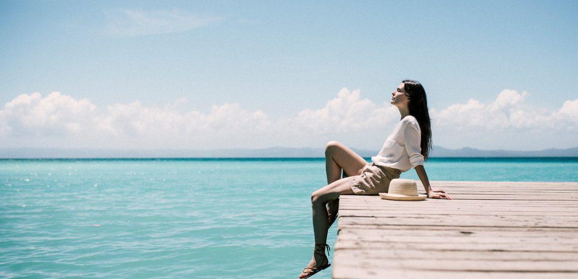 Club Med Miches Playa Esmeralda, en République Dominicaine - Image d'une femme au soleil sur un quai devant la mer