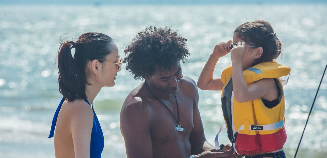 Club Med Miches Playa Esmeralda, en République Dominicaine - Image d'un animateur, d'une femme et d'un enfant sur la plage