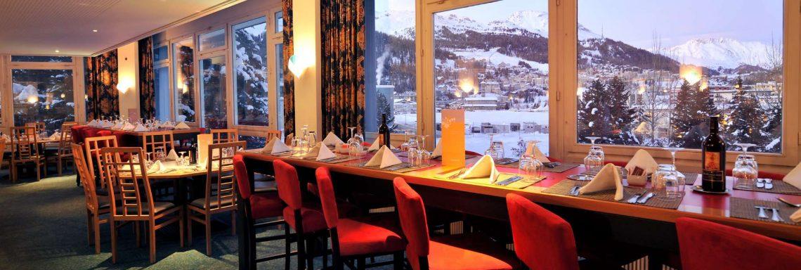 Club Med Saint-Moritz Roi Soleil, en Suisse - Vue intérieur du restaurant principal avec vue sur la vallée