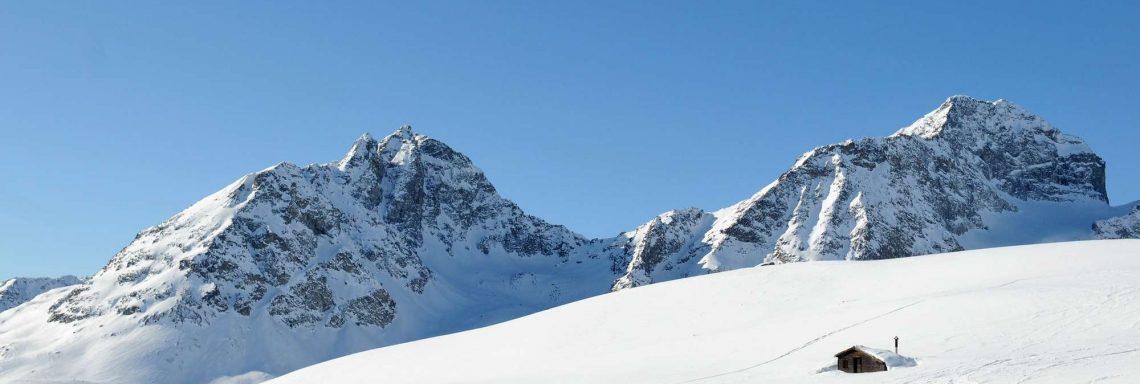 Club Med Saint-Moritz Roi Soleil, en Suisse - Vue d'une montagne enneigée en contre plongée.