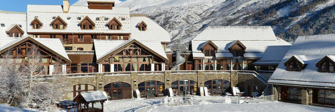 Vue extérieure du Club Med à flanc de montagne
