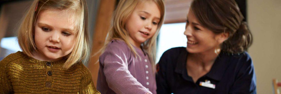 Image d'une femme avec deux enfants qui jouent