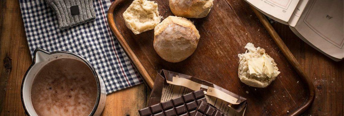 Image d'un plateau goûter avec un chocolat chaud