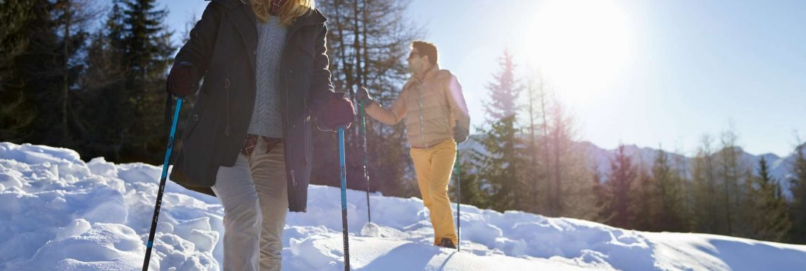 Club Med Serre-Chevalier, en France - Image d'une femme et d'un homme marchant dans la neige