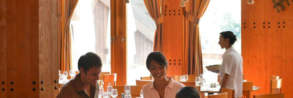 Image d'une famille à table lors d'un repas au restaurant
