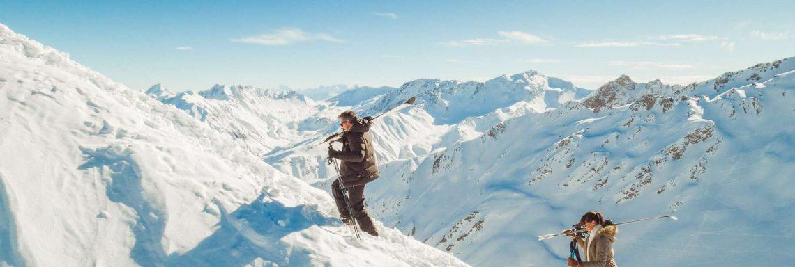Club Med Valmorel, en France - Image de deux personnes faisant des raquettes dans un paysage enneigé