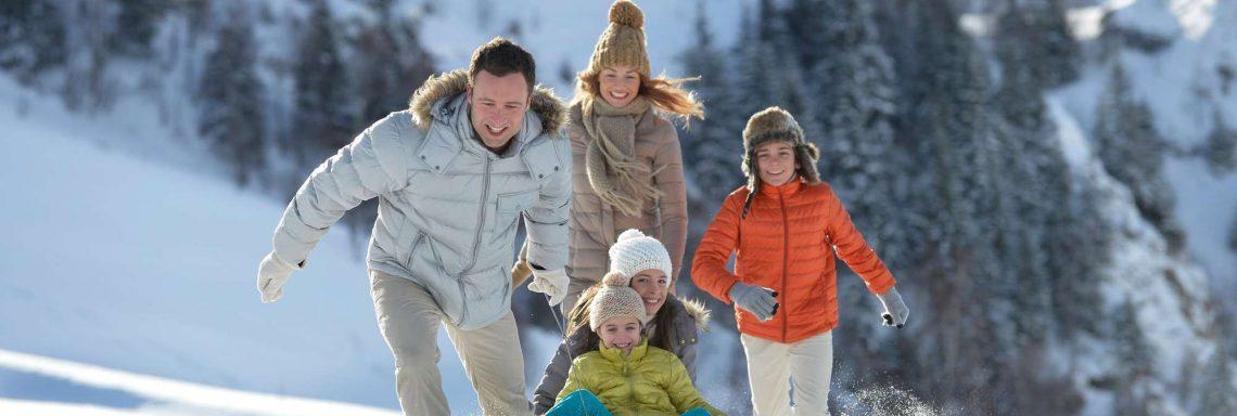 Club Med Valmorel, en France - Image d'une famille jouant dans la neige
