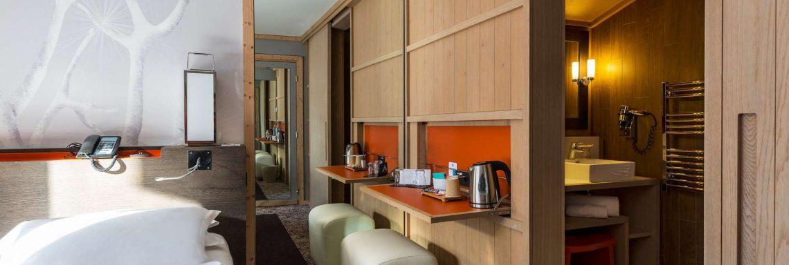 Club Med Valmorel, en France - Vue intérieure d'une chambre avec le lit et la salle de bain
