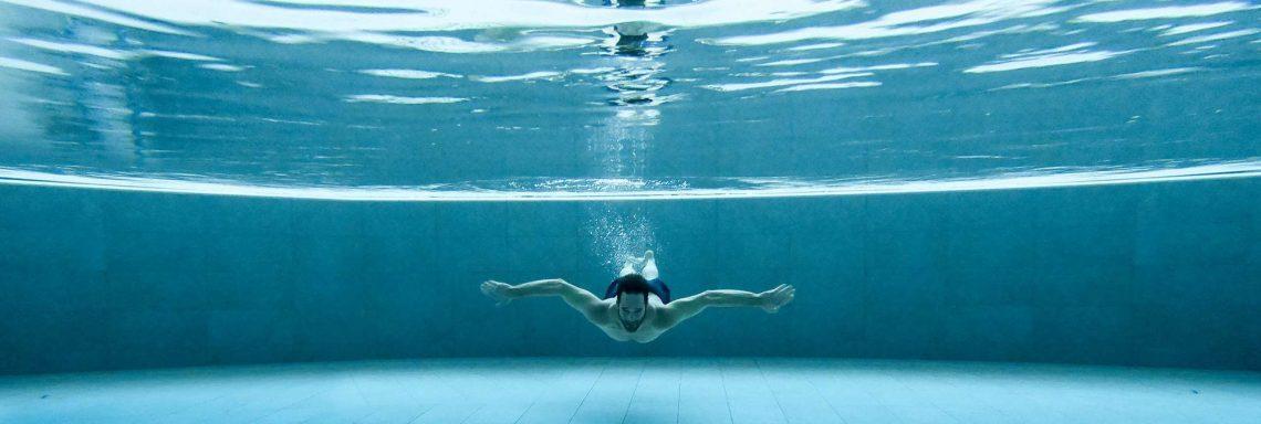 Club Med Valmorel, en France - Image d'un homme sous l'eau dans la piscine