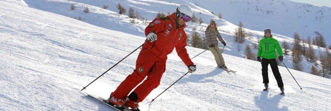 Club Med Pragelato Vialattea, en Italie - Un homme en combinaison rouge fait du ski