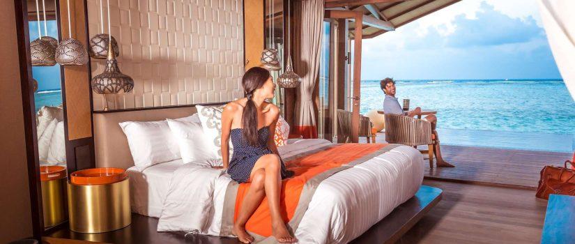 Club Med Villas de Finolhu, aux Maldives - Vue intérieure d'une chambre avec un couple