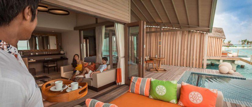 Club Med Villas de Finolhu, aux Maldives - Vue du salon intérieur et extérieur sans mur séparateur