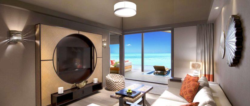 Club Med Villas de Finolhu, aux Maldives - L'intérieur d'une chambre avec salon contemporain.