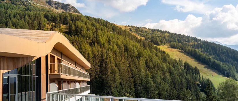 Vue extérieure de la terrasse du Club Med avec vue sur la montagne