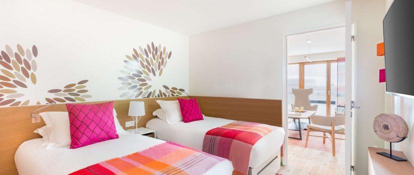 Vue intérieure d'une chambre avec 2 lits