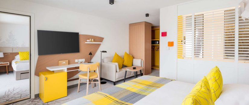 Vue intérieure d'une chambre double jaune
