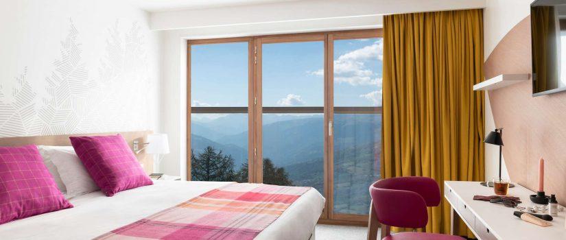 Vue intérieure d'une chambre double avec vue sur la montagne