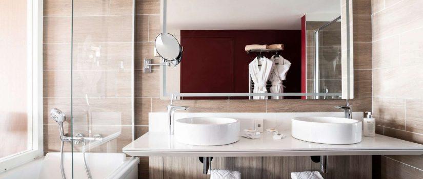 Vue intérieure de la salle de bain d'une chambre