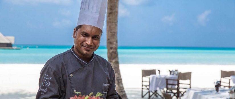 Club Med Kani, aux Maldives - Un chef présente un plateau d'hors d'oeuvre a déguster.