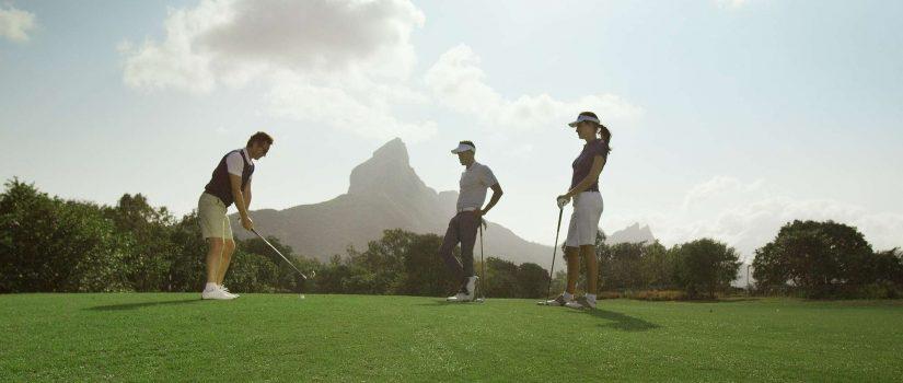 Joueurs de golf autour d'un trou