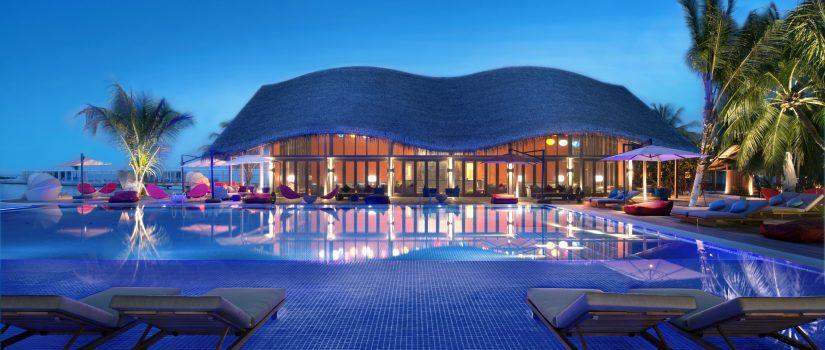 Club Med Kani, aux Maldives - Vue de la piscine extérieure et du complexe en soirée