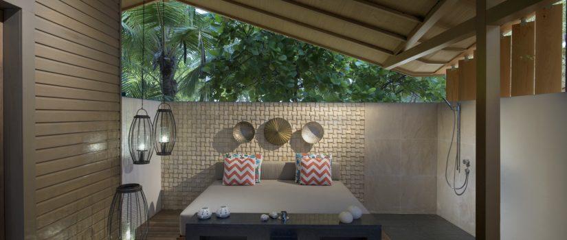 Club Med Kani, aux Maldives - Salon extérieur privé aux touches modernes.