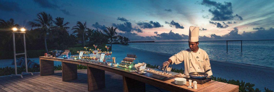 Image d'un cuisiner devant le buffet extérieur devant l'océan Indien